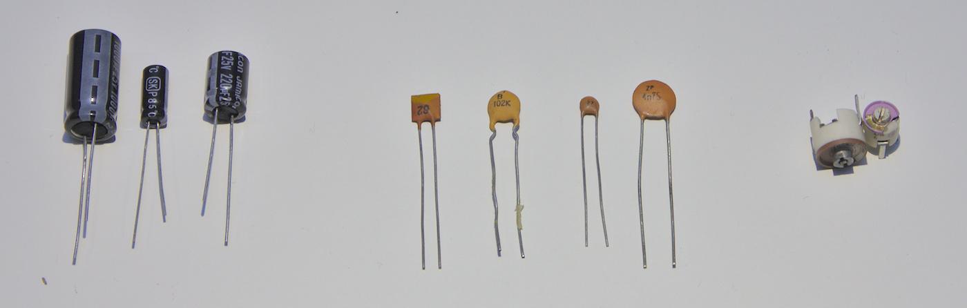 Olika typer av kondensatorer. Från vänster: Elektrolytkondensatorer, keramiska kondensatorer, trimkondensatorer