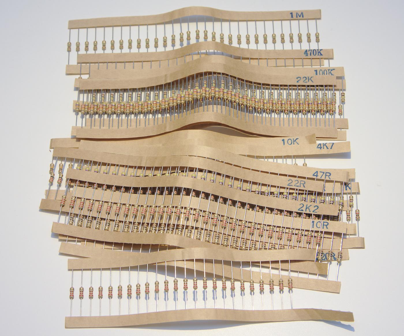 Resistorer av olika värden, levererade på tejp uppmärkta med resistorvärdet