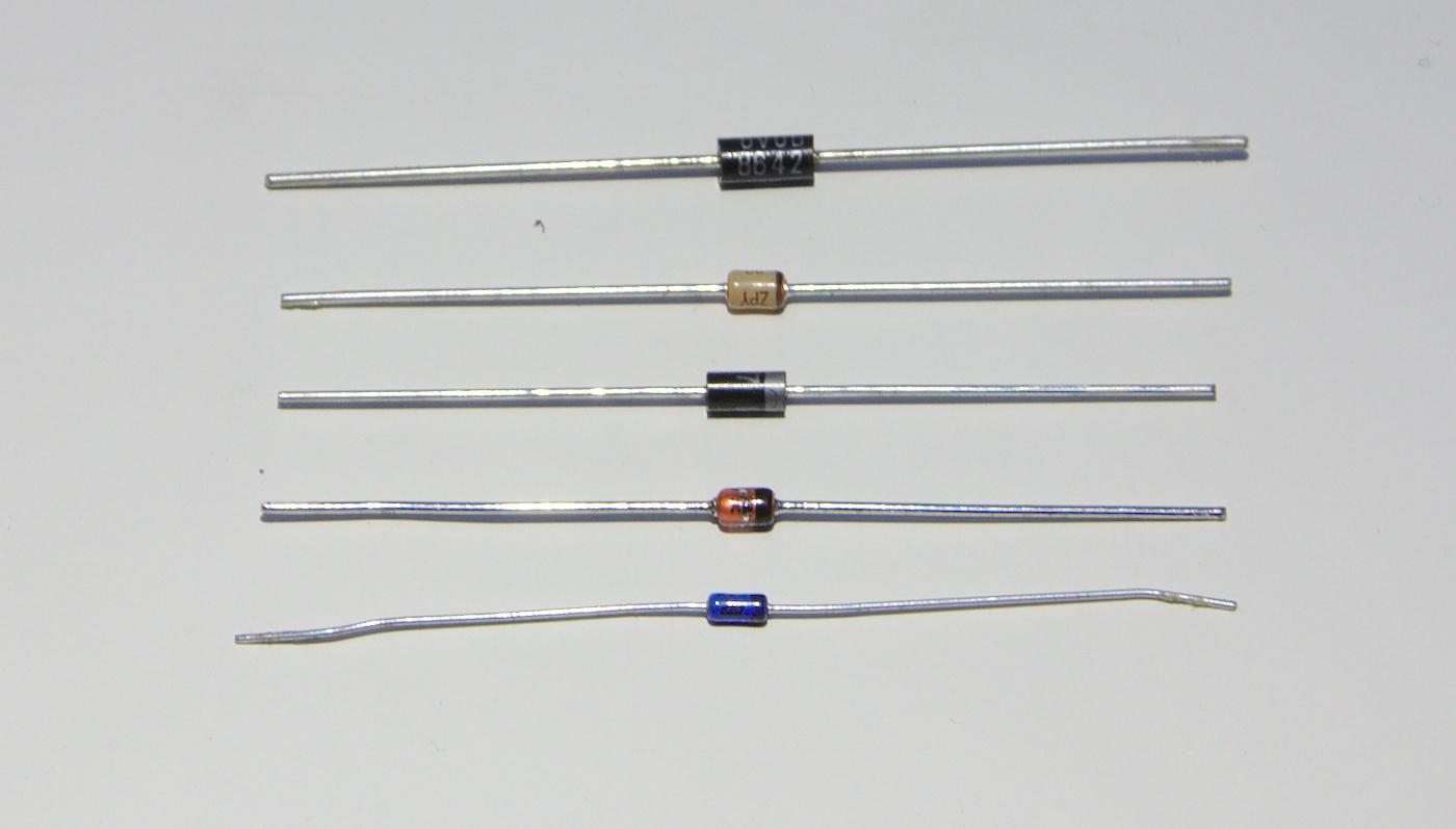 Olika typer av dioder. Det smala bandet markerar katoden (minussidan)