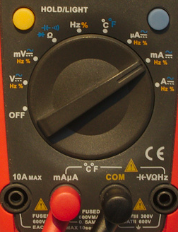 Ställ vredet på mA eller A och koppla den röda proben i uttaget märkt A