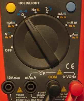 Ställ vredet på Ω och koppla den röda proben i uttaget märkt Ω