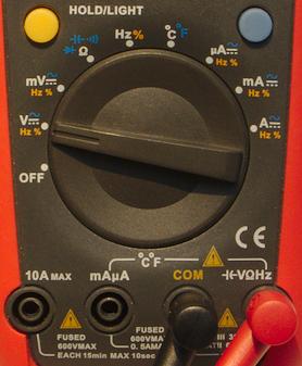 Ställ vredet på V och koppla den röda proben i uttaget märkt V