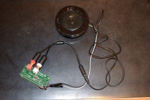 Pi Zero W, HiFiBerry DAC+ Zero, högtalare. Förutom ljudkabeln finns en matningskabel från 5V/GND till batteripolerna på högtalaren. Mer info längst ner!