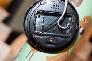 Andra änden av matningen. Man kan hoppa över batterihållaren, men bakstycket håller ihop högtalaren så detta var enklast.