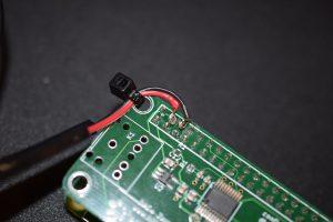 Åsa hjälpte mig löda på kablar på 5V/GND. Dessa spänningsmatar högtalaren. Buntband får agera dragavlastning!